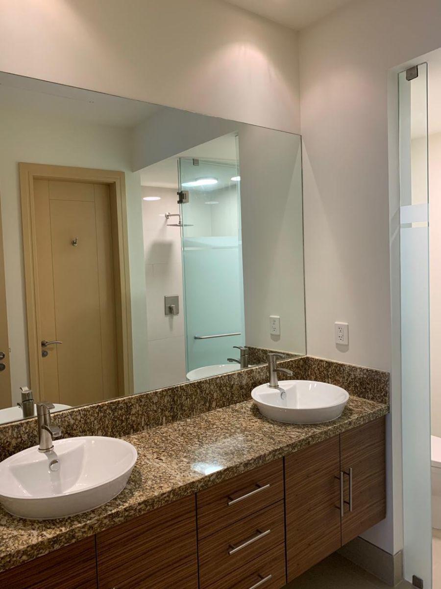 7 de 12: Baño de la habitacion principal con doble lavabo en marmol