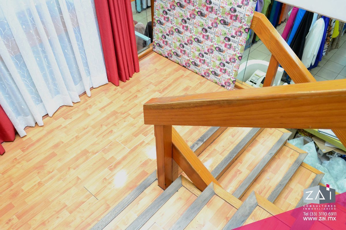 7 de 16: Vista de escaleras desde planta alta
