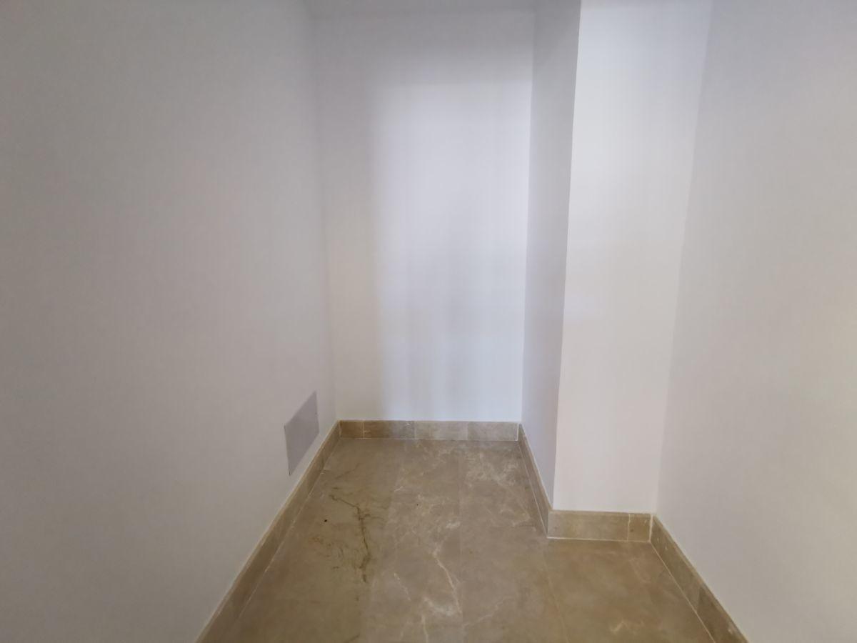 18 de 24: Walkin closet habitacion principal