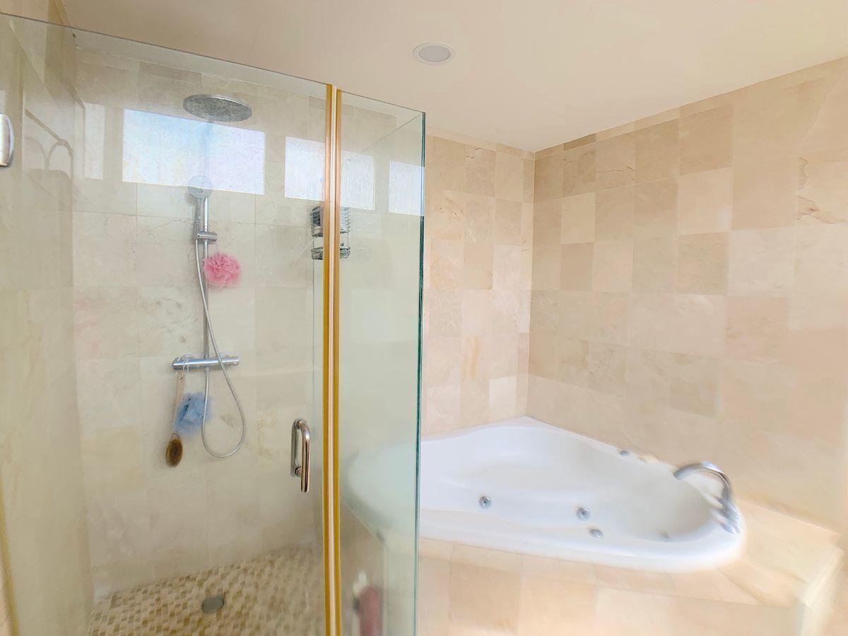 16 de 18: baño principal con ducha , jacussy y doble lavamanos
