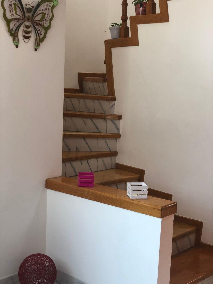 10 de 18: Escalera con huellas de madera