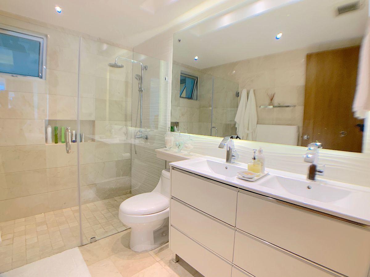 10 de 23: Doble lavamanos baño principal