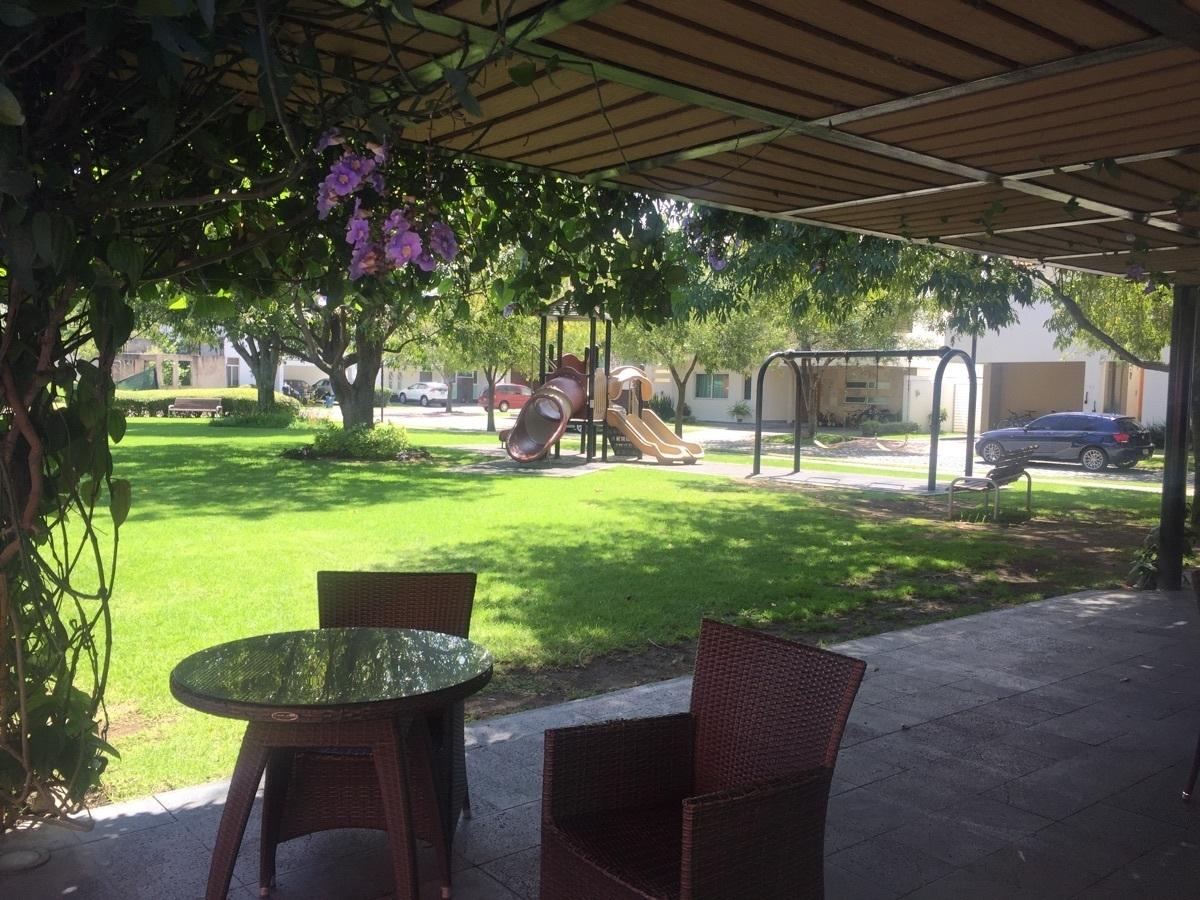 27 de 30: terraza rodeada de jardin en casa club