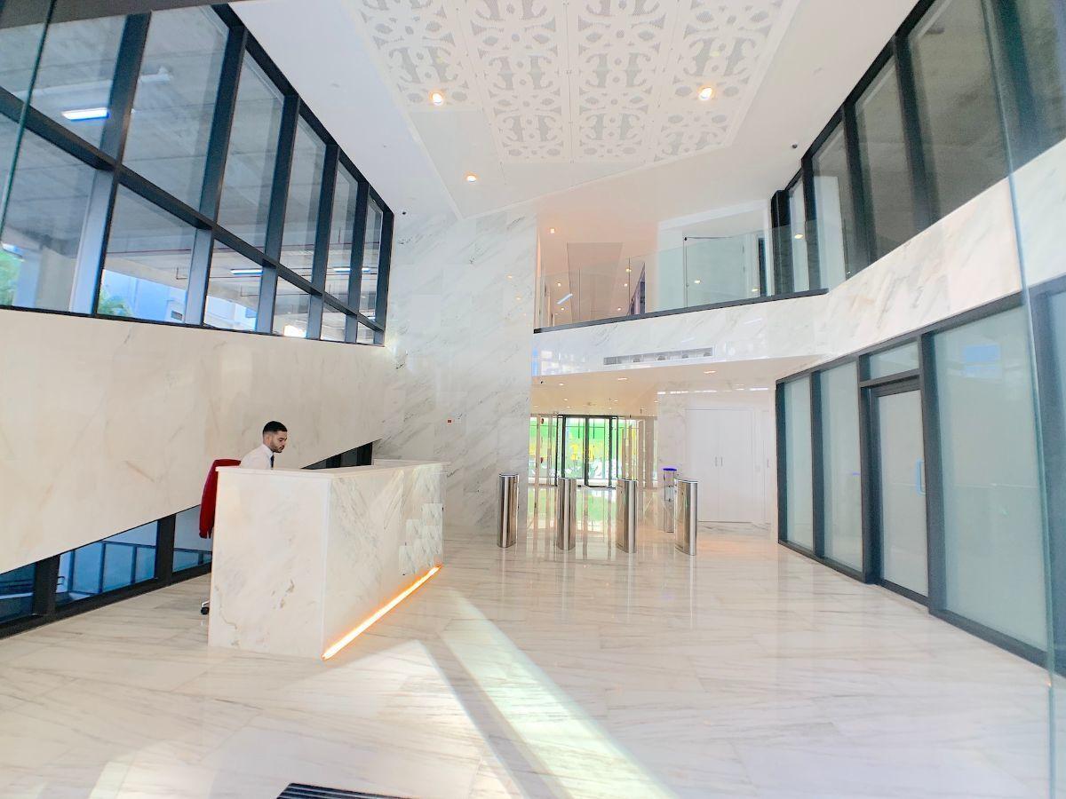 2 de 10: Lobby climatizado de lujo con vigilancia y acceso digitalizo