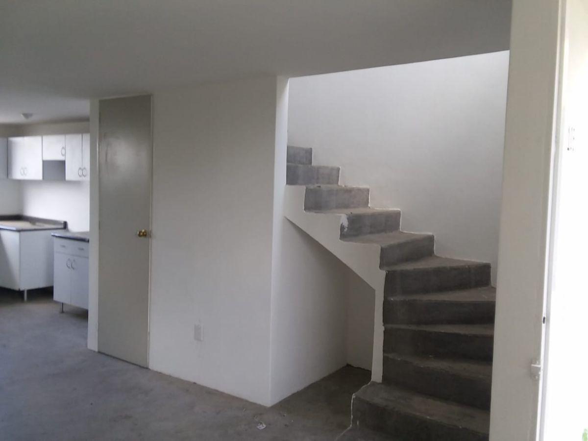 7 de 18: Escaleras para acceso segunda planta