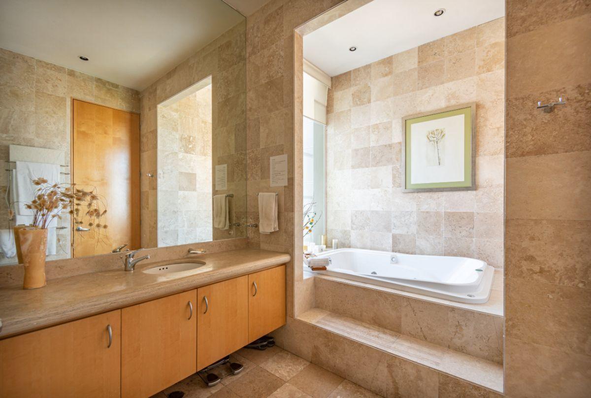 9 de 16: Amplio baño con tina
