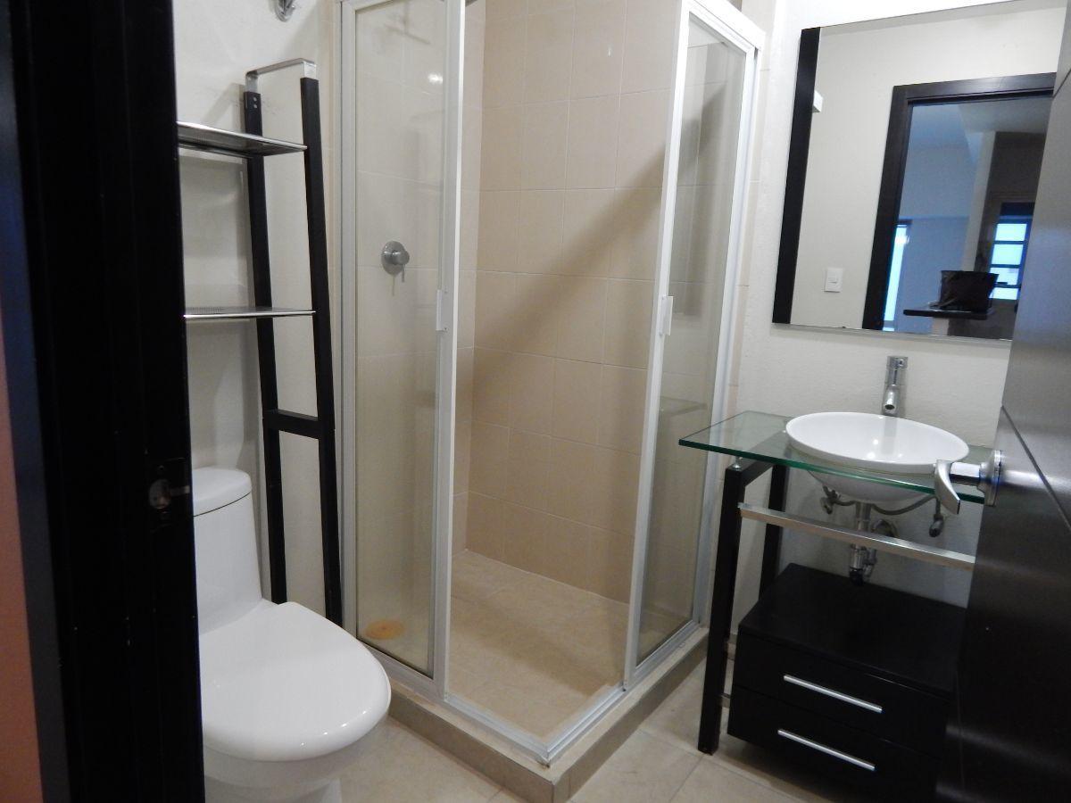 9 de 14: Uno de los dos baños completos
