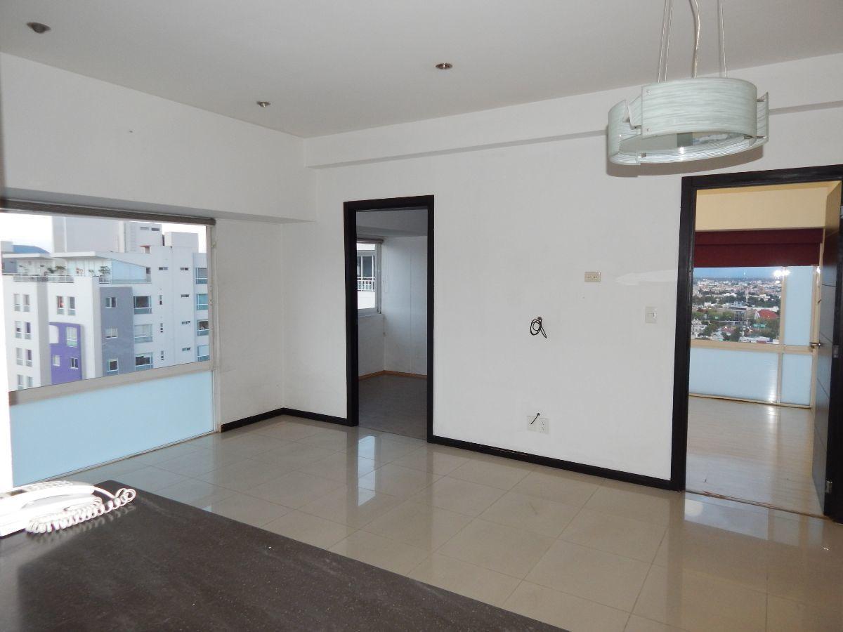 8 de 14: La vista desde la cocina sobre la sala muy bine imuminada