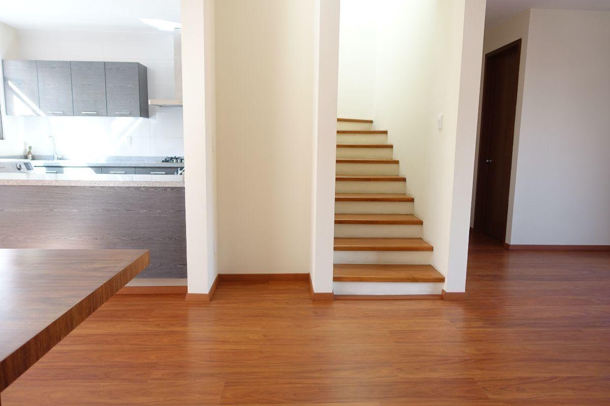 8 de 15: Escaleras al segundo nivel