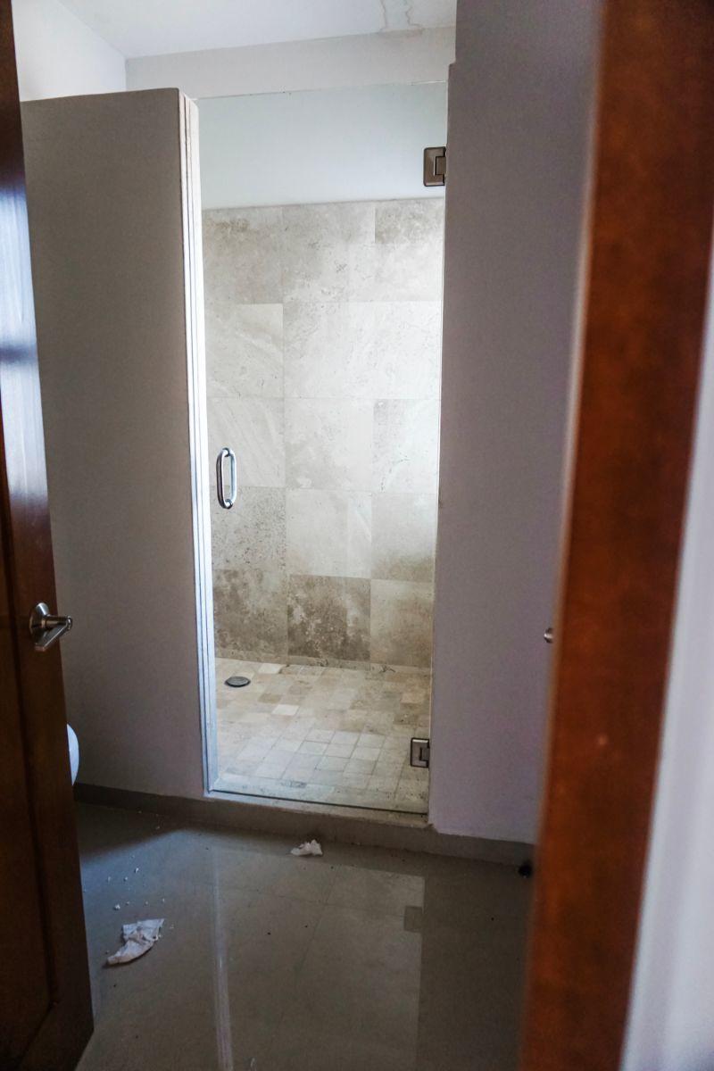 16 de 23: Baño con travertino