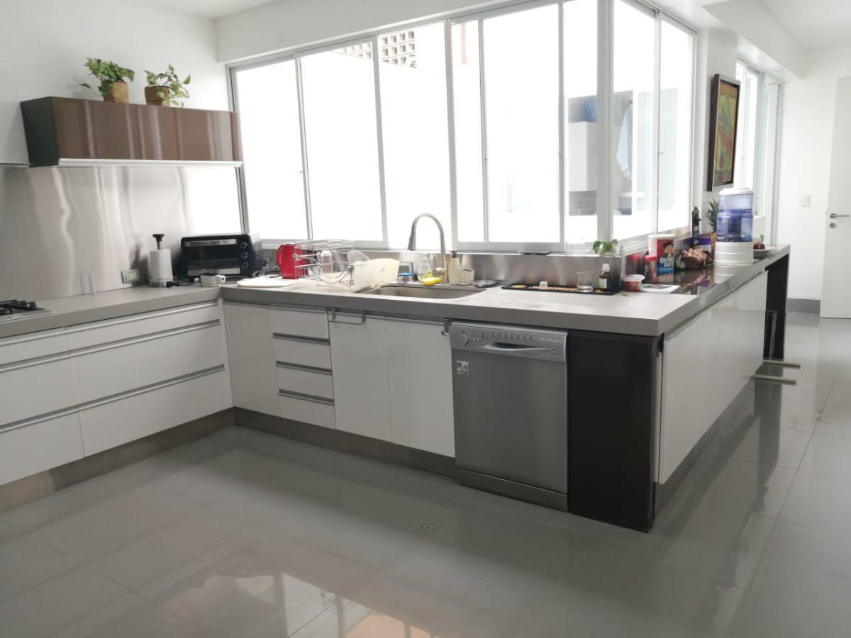 16 de 24: Moderna cocina con granito y porcelanato