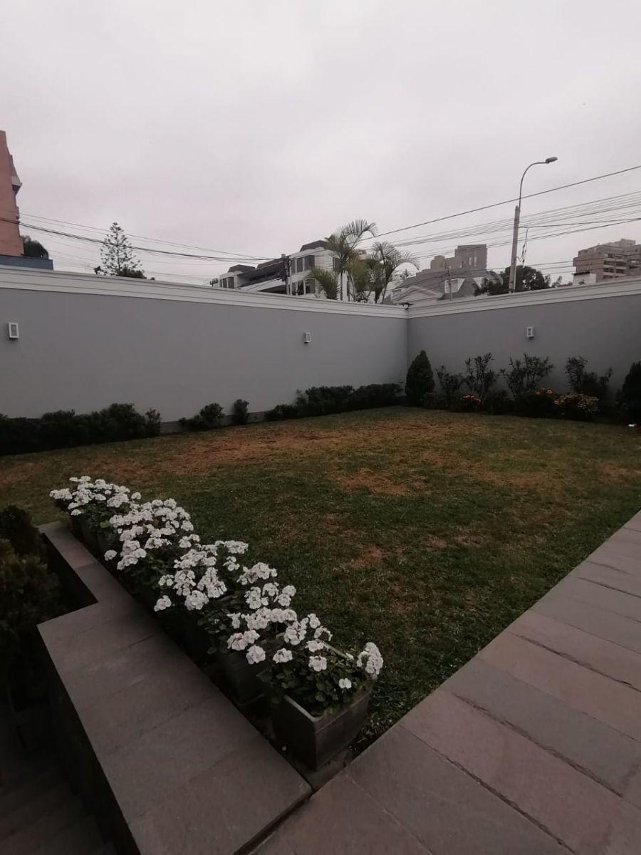 13 de 24: Ante jardín al ingresar al edificio
