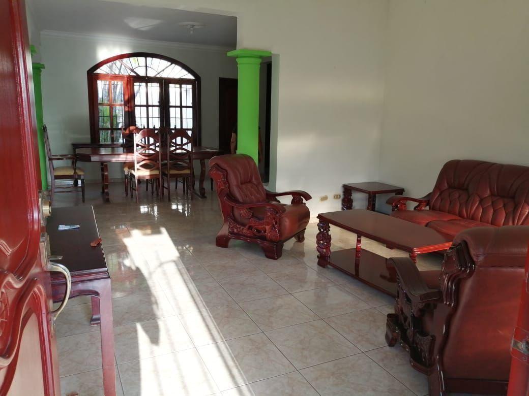 Amplia casa con Piscina en Urb. Abreuimage2