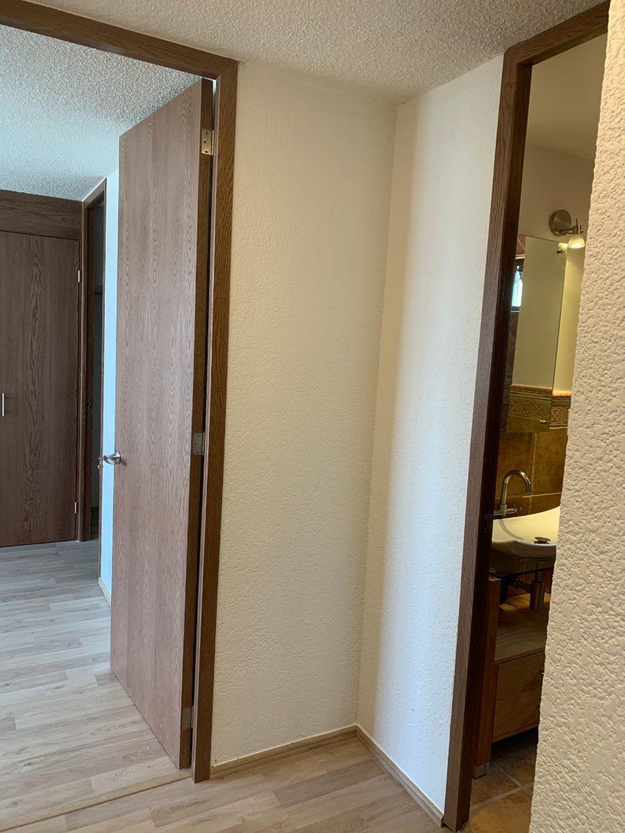 9 de 17: Entrada de baño secundario y habitación principal