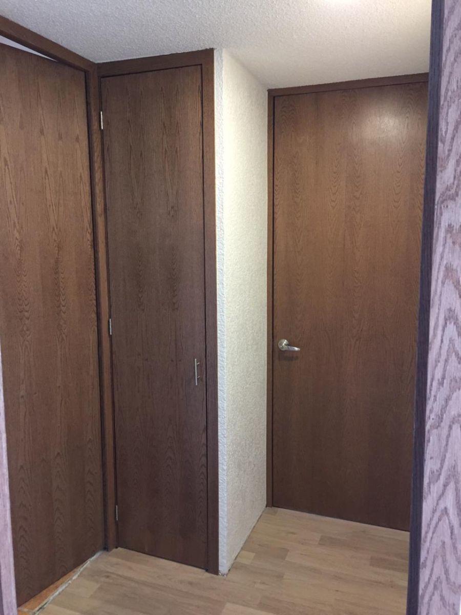 13 de 17: Vista desde habitación principal a clóset de blancos y baño