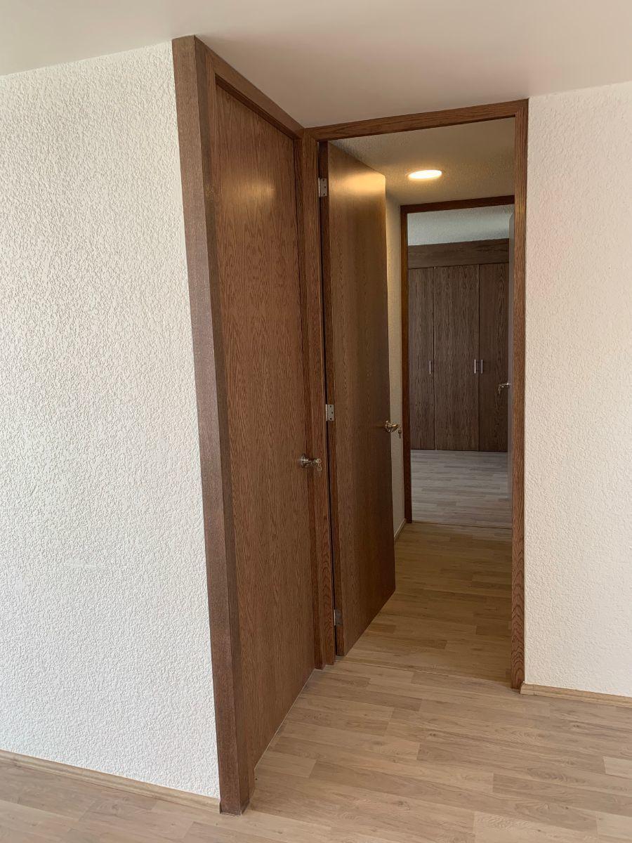 7 de 17: Vista hacia zona de habitaciones y baño secundario