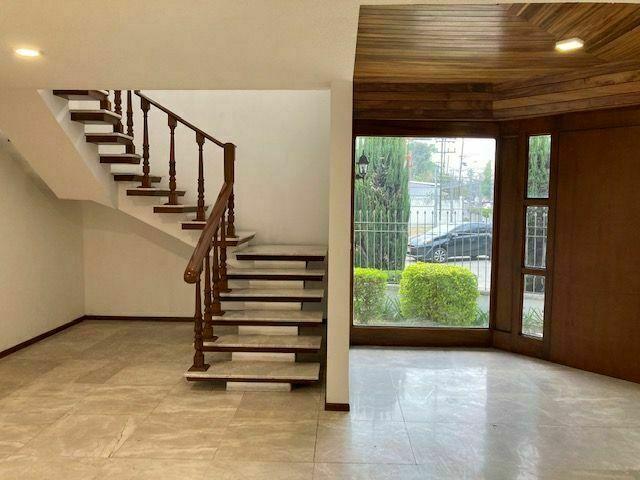26 de 45: Hall y escalera principal