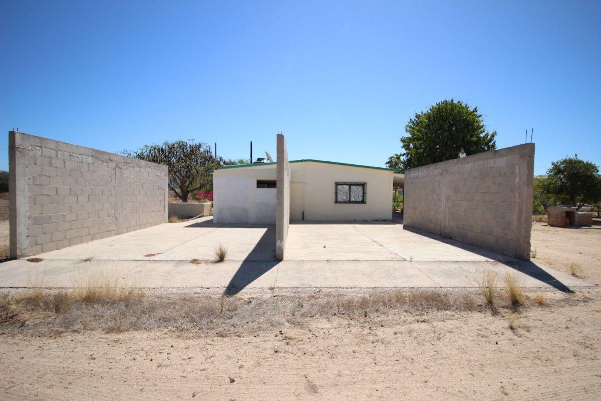 17 de 21: Patio de la casa con piso y paredes