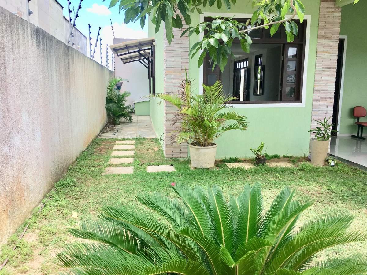 25 de 25: Jardim frontal e lateral