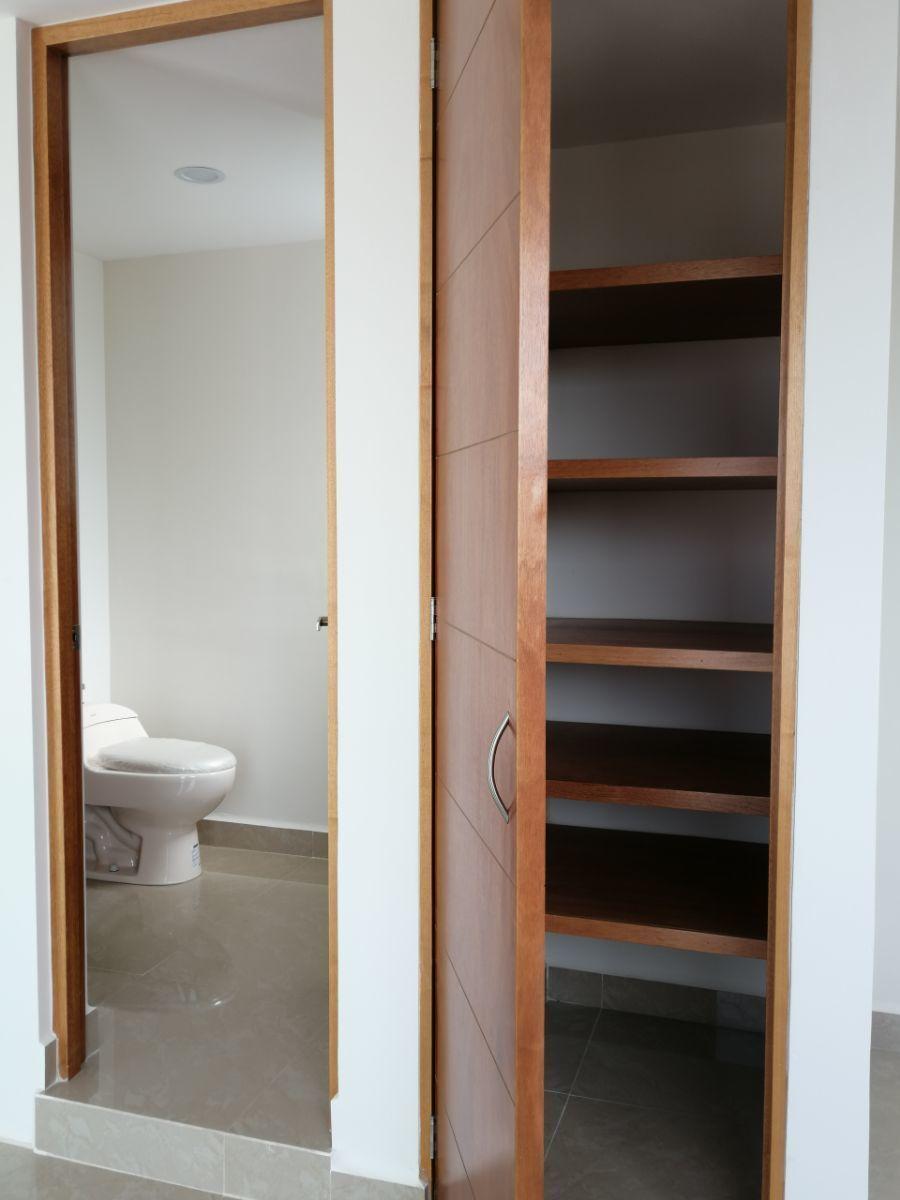 26 de 29: Medio baño y closet en tercer nivel