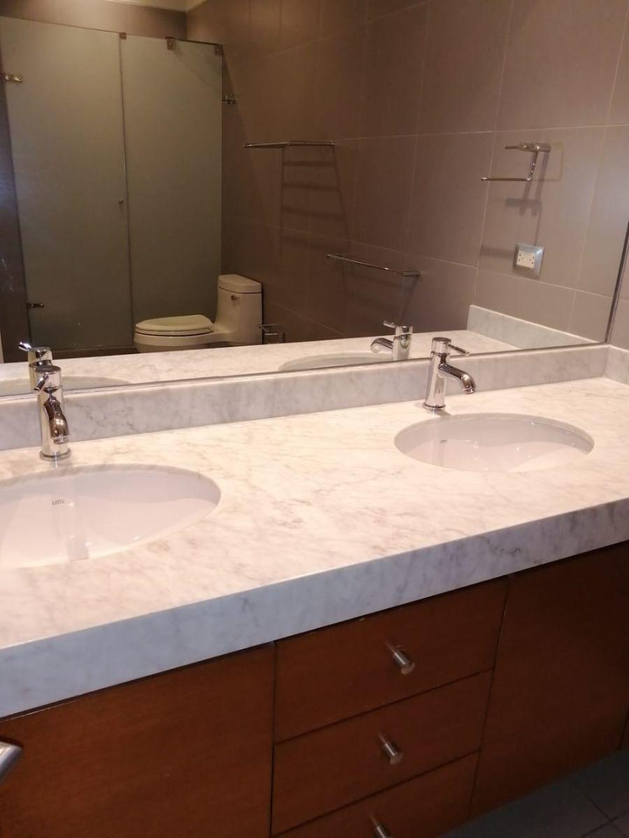 10 de 18: Buen baño principal con cubierta en mármol