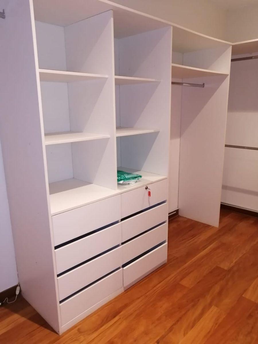 9 de 18: Gran walk-in-closet en el dormitorio principal