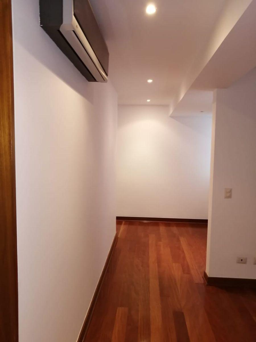 8 de 18: Sala de estar en el área familiar con aire acondicionado
