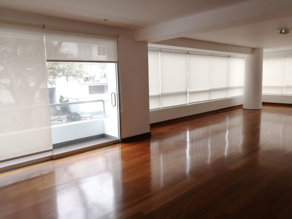 2 de 18: Amplia sala con lindos pisos de madera shihuahuaco