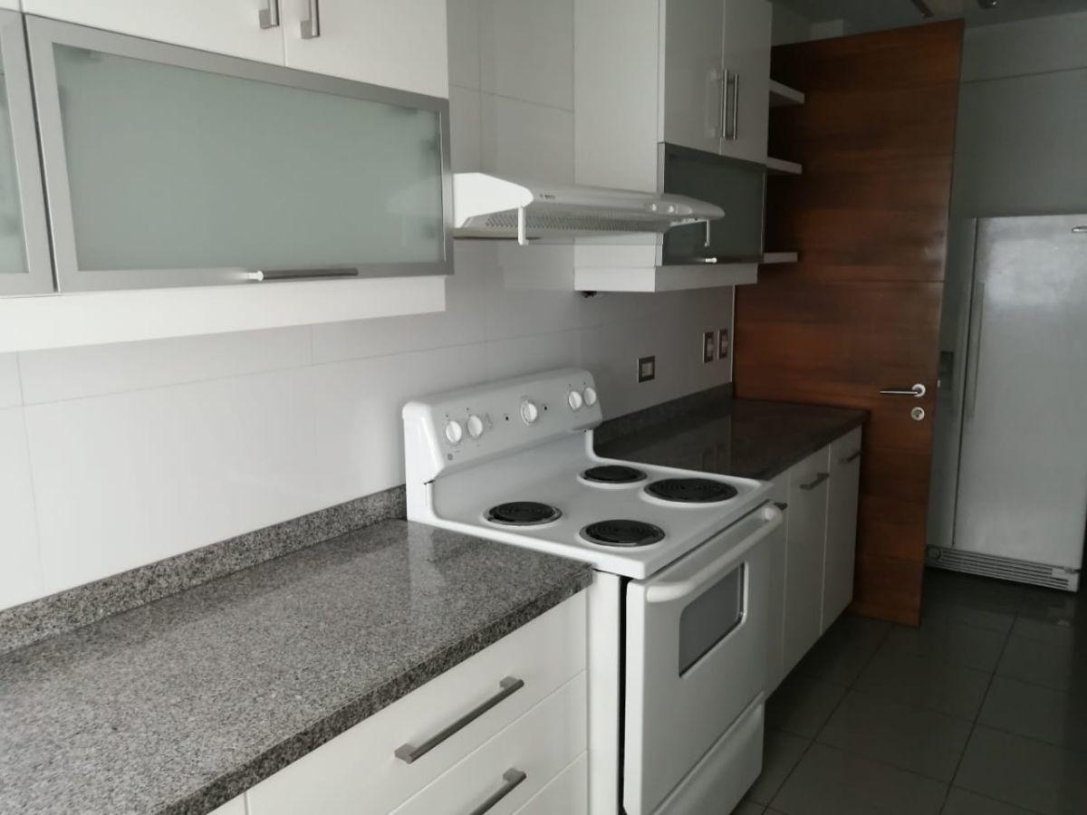 17 de 18: Iluminada cocina con acabados modernos