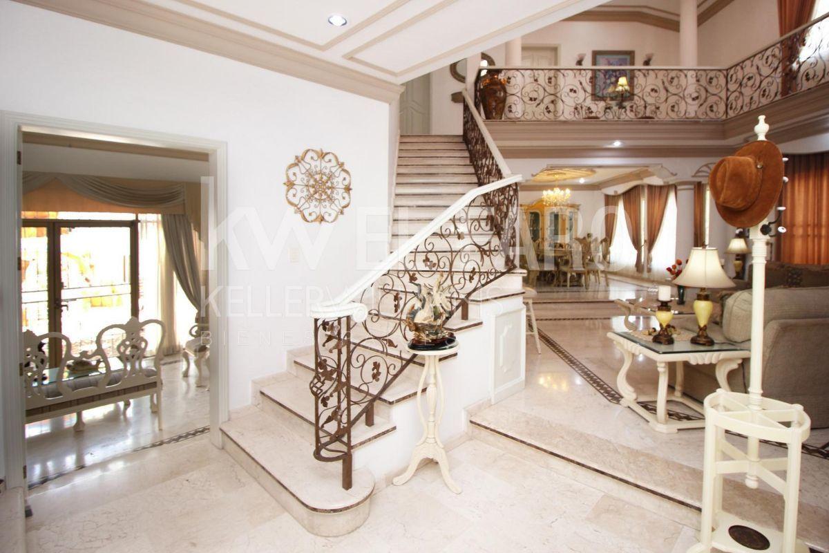 2 de 12: Hermosa escalera, se puede apreciar la excelente decoración.