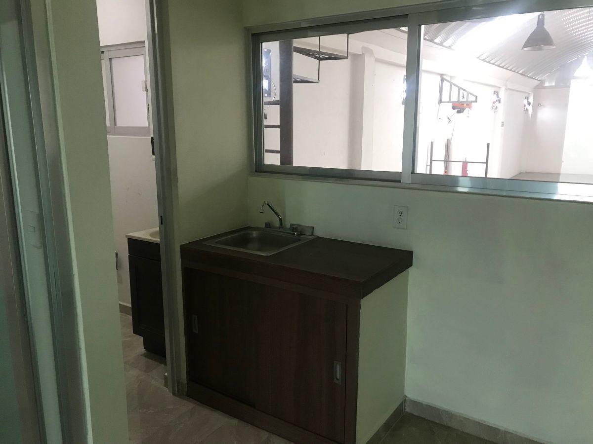 8 de 19: Cocineta y baño segundo piso