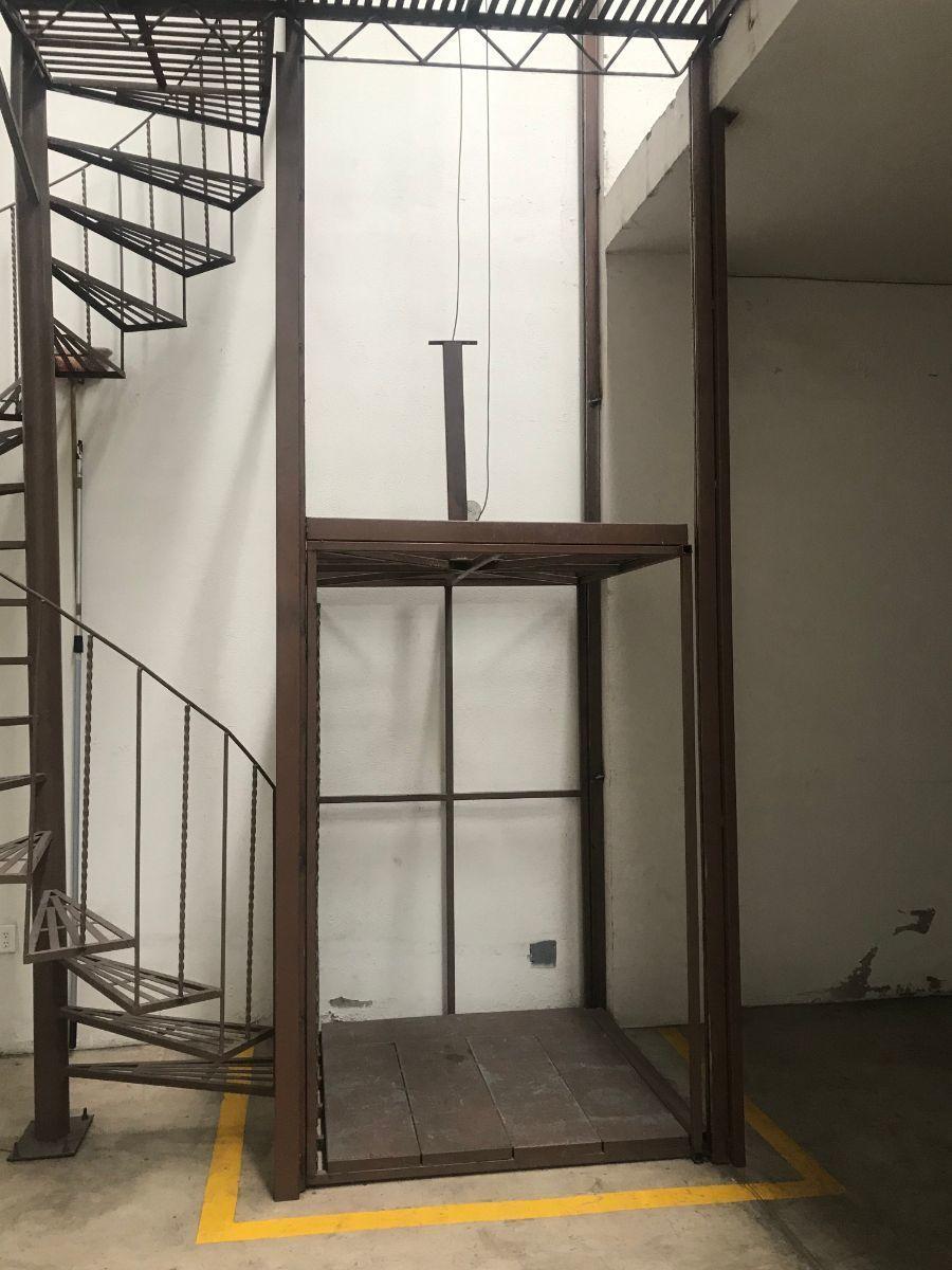 9 de 19: Elevador de carga y escalera de caracol