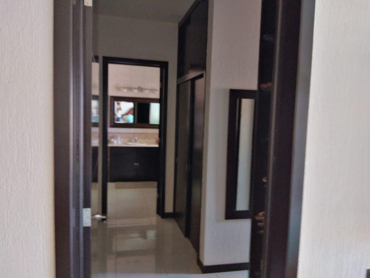 15 de 25: Entrada al vestidor y baño de la recamara principal