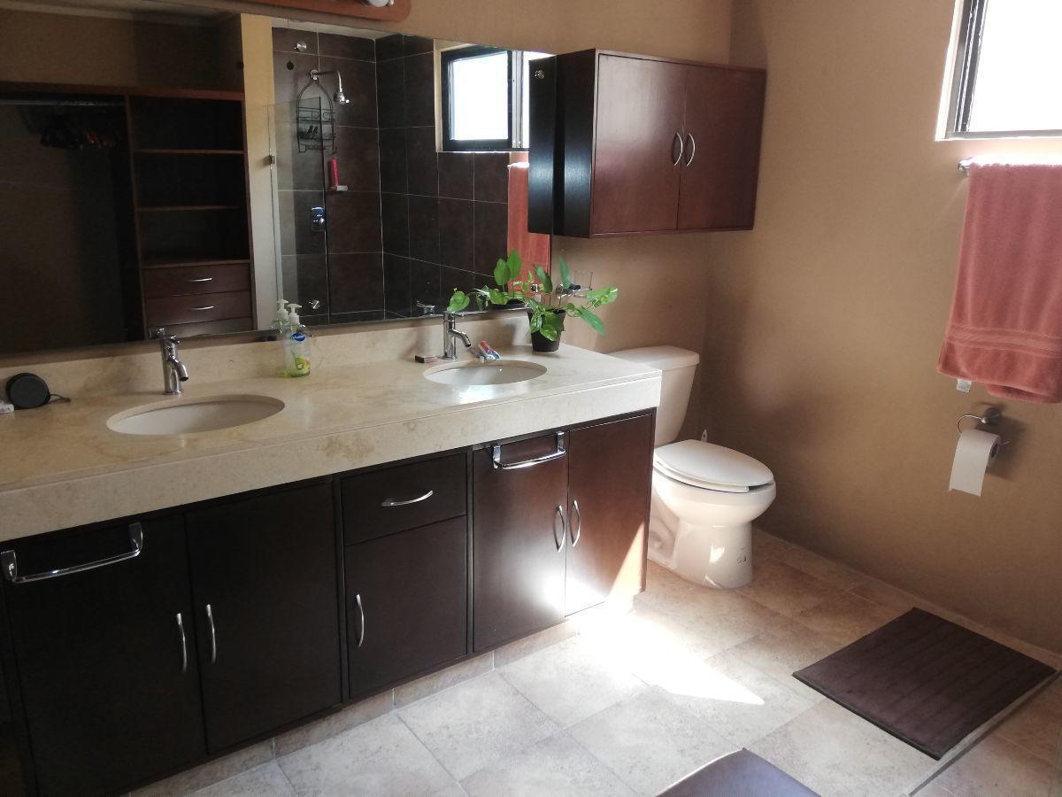 6 de 29: Baño recamara principal con doble lavabo y closet vestidor