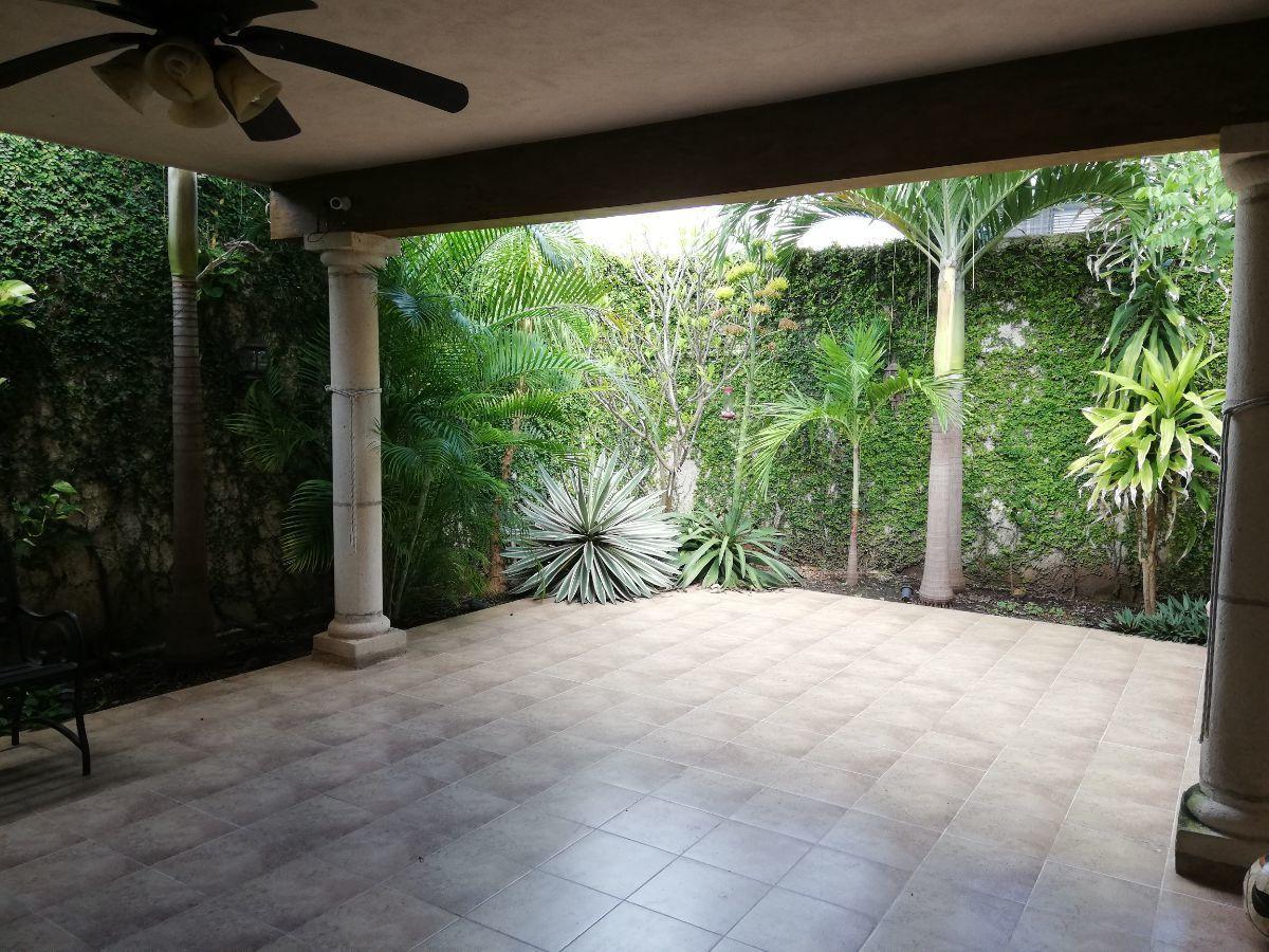 9 de 29: Terraza trasera  techada con plantas de ornato
