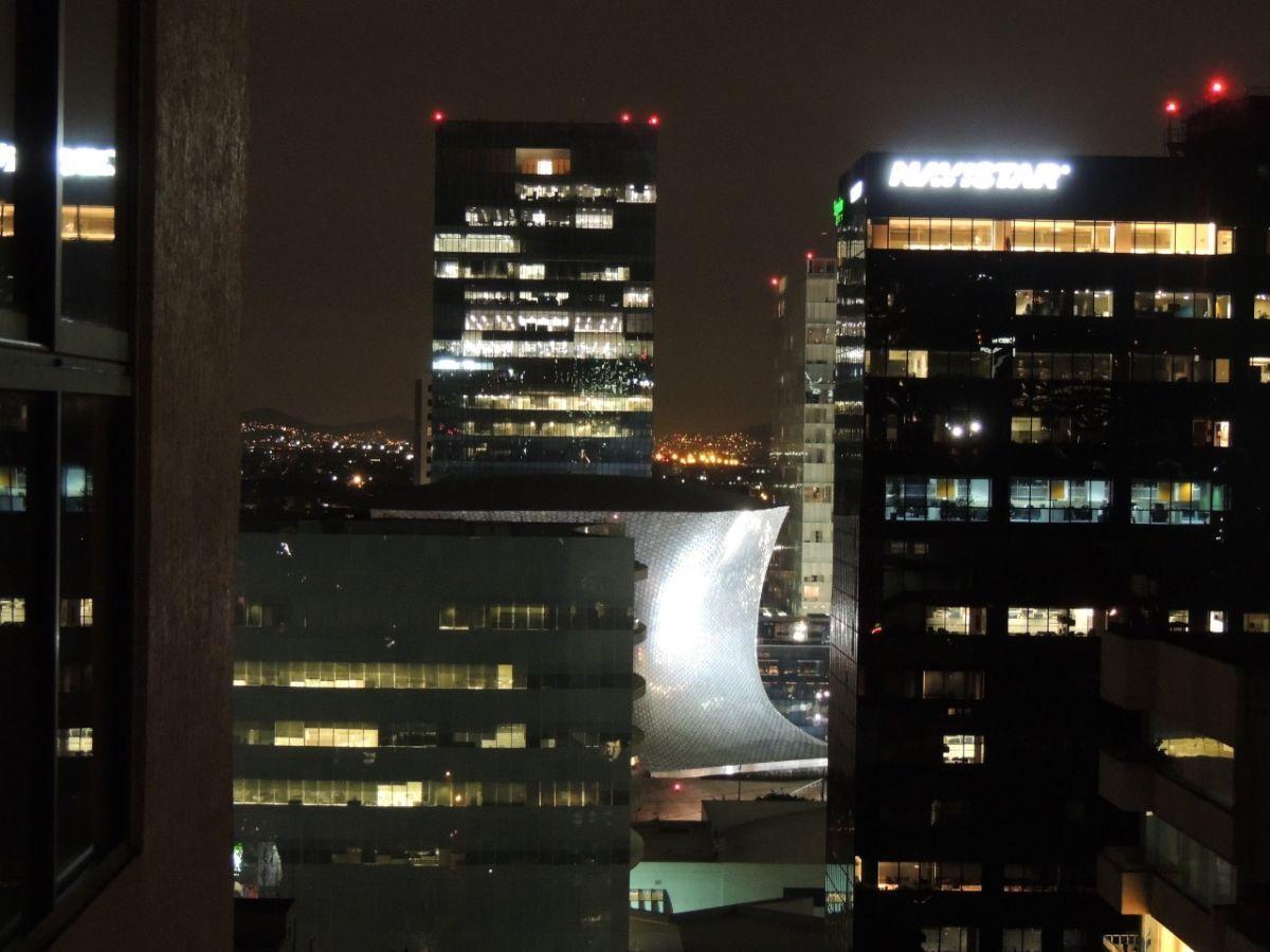 9 of 18: Vista de noche hacia a Soumaya y Plaza Carso
