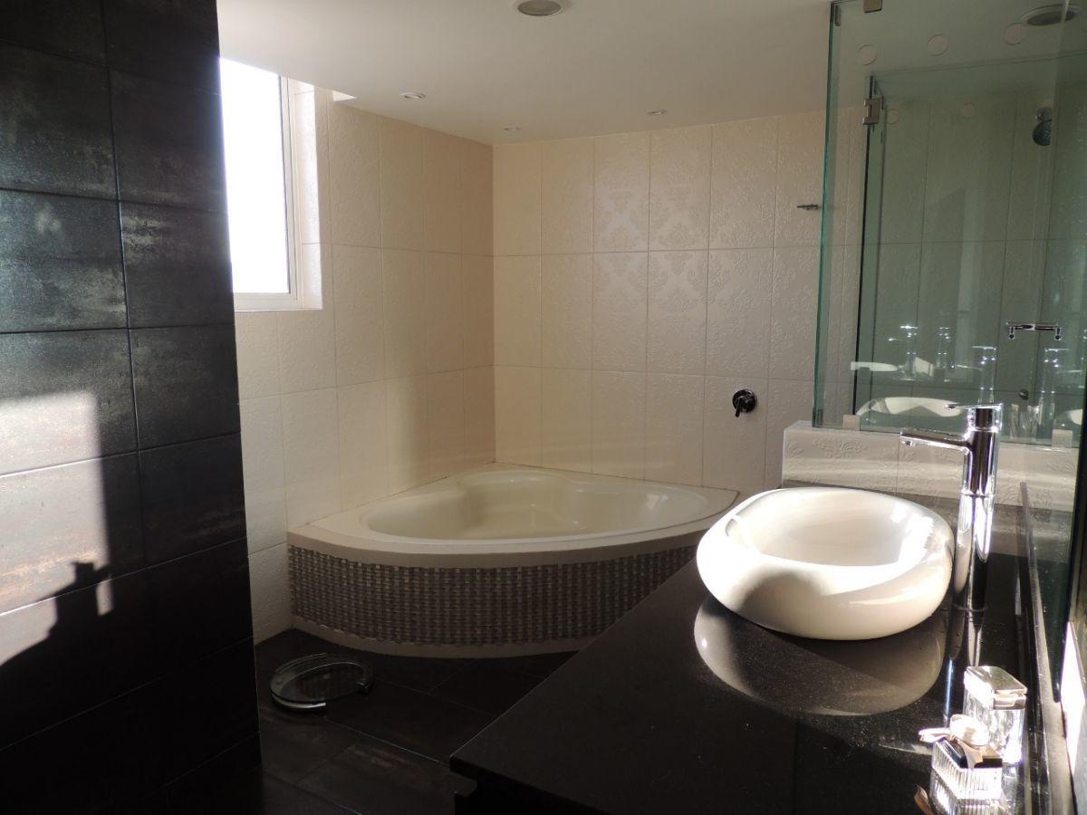 15 of 18: Baño completo rec. principal. Ventilación natural en WCs