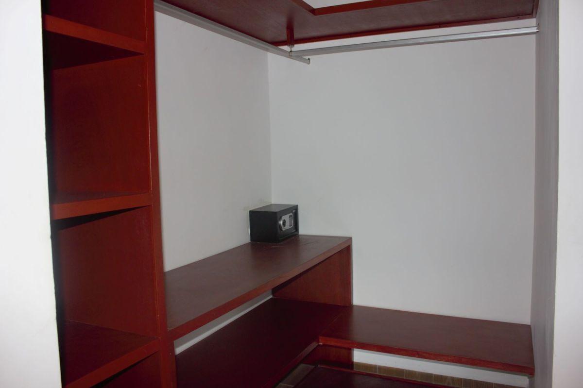 7 de 20: Closet Vestidor Recámara Principal