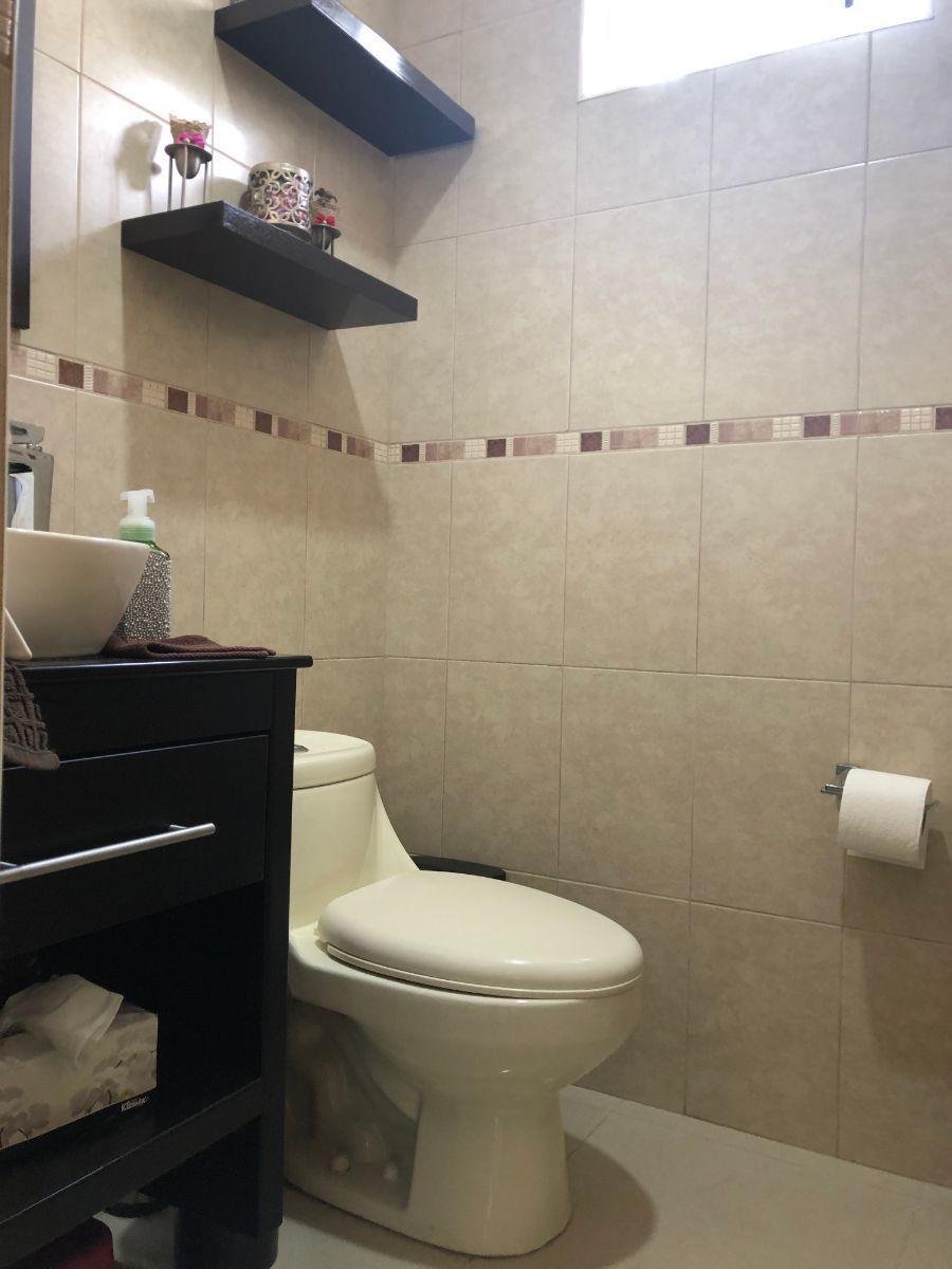 10 de 25: Medio baño de visitas