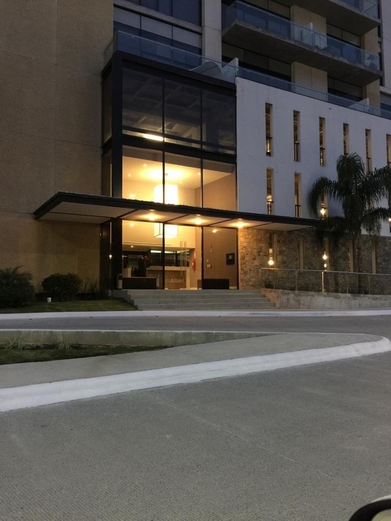 1 de 21: Entrada principal edificio