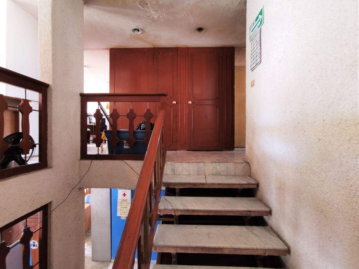 12 de 25: Escaleras (planta alta)
