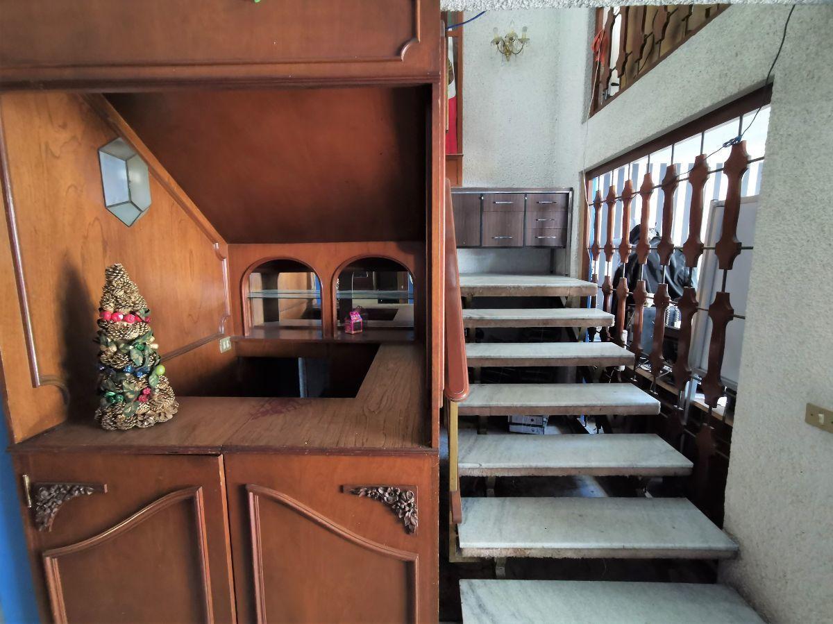 10 de 25: Bar y Escaleras (planta baja)