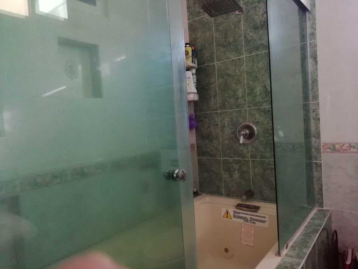20 de 23: baño con tina, de recamara principal