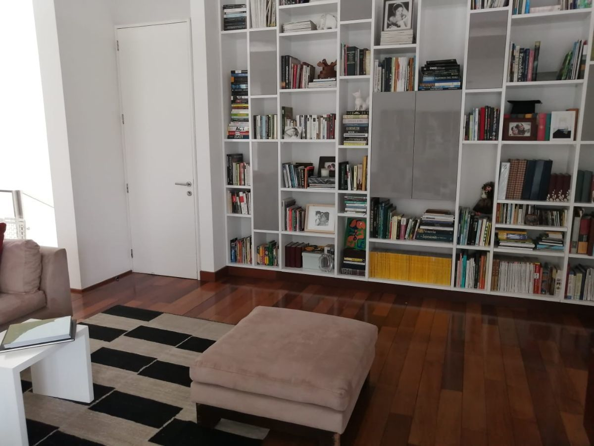 33 de 35: Parte del gran family room central entre principal y secund.