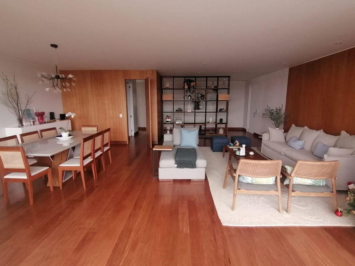 2 de 21: Moderna y amplia sala comedor con salida a terraza