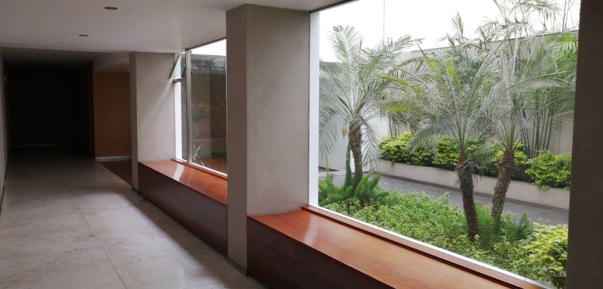 17 de 21: Lobby del departamento muy moderno con finos acabados