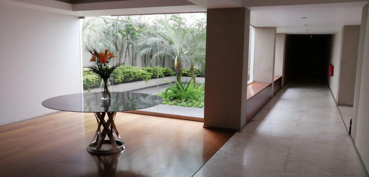 18 de 21: Lobby del departamento muy moderno con finos acabados