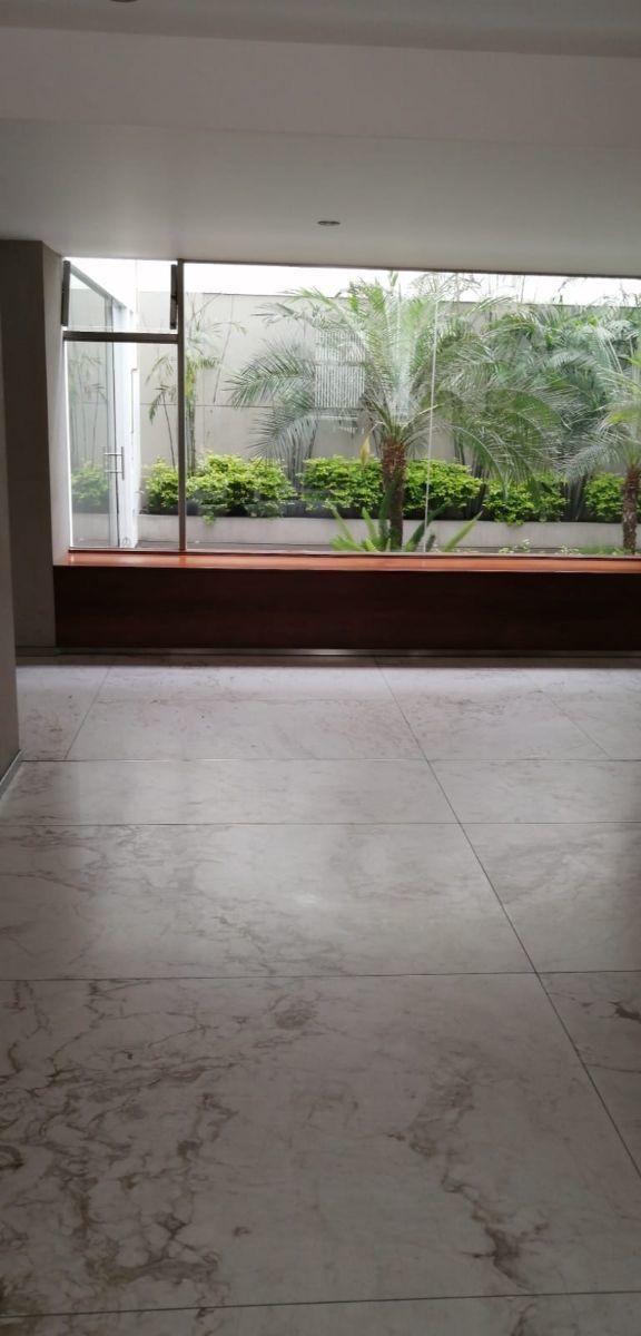 19 de 21: Lobby del departamento muy moderno con finos acabados