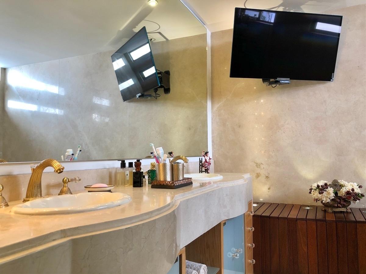 10 de 25: Doble lavabo en con acabados de mármol