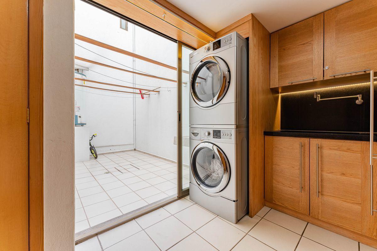 19 de 25: Cuarto de lavado con tarja de Granito y patio de tendido.